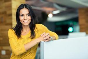 Ritratto di una bella donna d'affari felice foto