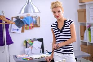 giovane stilista moderno che lavora allo studio foto