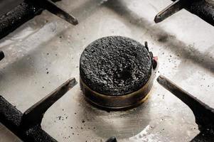 primo piano sporco del bruciatore a gas foto