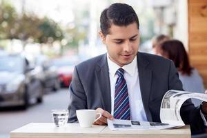 uomo attraente con tuta sta riposando nella caffetteria foto
