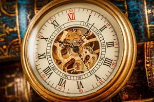 vicino su orologio vintage foto