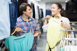 la coppia sceglie i vestiti nel negozio foto