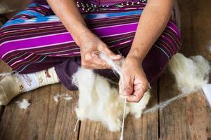 preparazione della fibra di cotone per la tessitura di un capo. foto