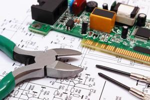 circuito stampato e strumenti di precisione sul diagramma di elettronica foto