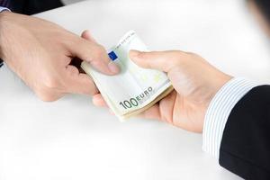 mani di uomo d'affari che passano soldi, valuta euro (eur) foto