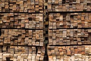 mucchio di legname impilato grezzo tagliato foto