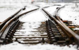 binari della ferrovia nella neve foto