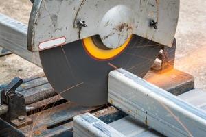 taglio di un metallo quadrato e acciaio con troncatrice composta foto