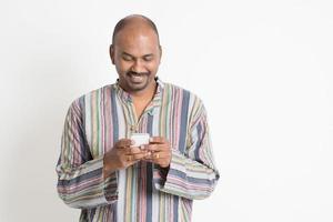 mandare un sms casuale indiano maturo dell'uomo foto