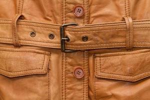 tessere una giacca di pelle marrone squallida.