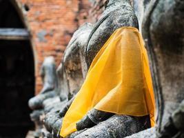 vecchia statua del buddha al wat chai watthanaram foto