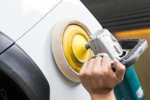 serie di lucidatura auto: lavoratore ceretta auto bianca foto