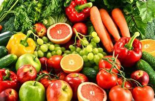 composizione con una varietà di frutta e verdura biologica foto