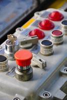 primo piano dei quadranti di controllo sui macchinari di produzione foto