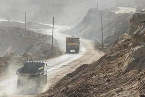 Dumptruck della cava che lavora in una miniera di carbone foto