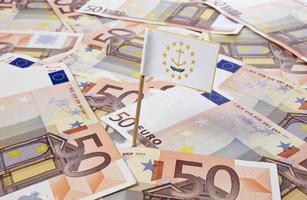 bandiera dell'isola di rodi attaccata in banconote da 50 euro. (serie) foto
