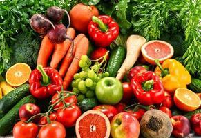 composizione con una varietà di frutta e verdura biologica