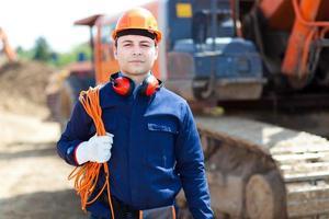 Ritratto di lavoratore in un cantiere edile foto