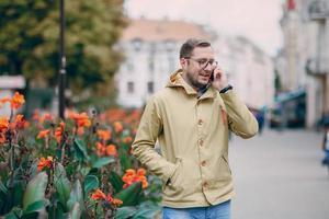 uomo con telefono foto