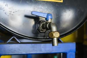 barile di petrolio con rubinetto chiuso