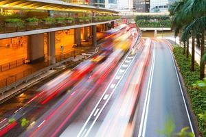 vista di notte di Hong Kong con la luce dell'automobile foto