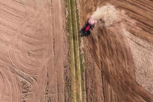 vista aerea del trattore sul campo di raccolta foto