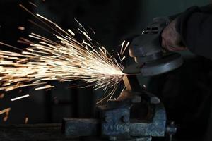 lavoratore tagliando un ferro da stiro foto