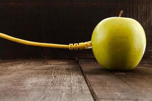 mela verde collegata a una rete dati foto