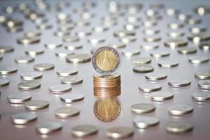 baht tailandese moneta tra un mucchio di monete foto