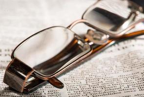 occhiali sul giornale