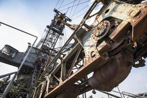 giganteschi escavatori nella miniera di carbone in disuso ferropolis, germania foto