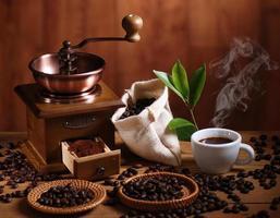 macinacaffè e chicchi di caffè foto