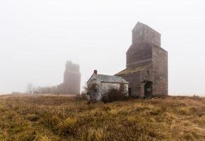 elevatori di grano nella nebbia