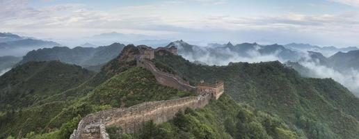 pechino la grande muraglia nuvole tintinnanti foto