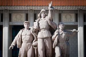 monumento di fronte al mausoleo di mao zedong foto