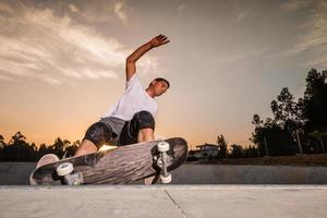 skateboarder in una piscina di cemento foto
