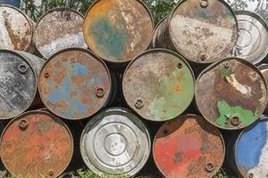 barili di petrolio vuoti, arrugginiti e stagionati foto