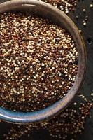 quinoa cruda colorata biologica foto
