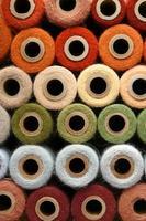 collezione di bobine di filati colorati filo arcobaleno colorato vintage foto