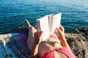 libro di lettura in spiaggia