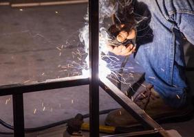 il lavoratore sta saldando l'acciaio foto