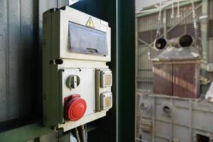 cabina elettrica industriale con pulsante di arresto rosso foto