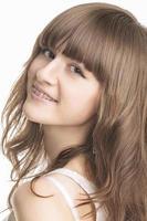 closeup ritratto di giovane e bella donna con parentesi sui denti foto