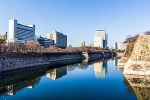 Grattacieli di Osaka visti dal parco del castello di Osaka a Osaka, in Giappone. foto