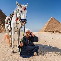 beduino usando il telefono foto