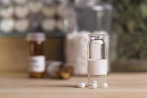 bottiglie e pillole omeopatiche