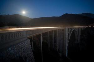 sorgere della luna sul ponte di bixby foto