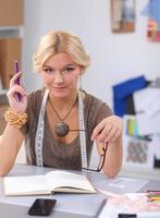 giovane stilista che lavora in studio foto