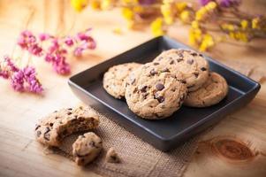 biscotti al cioccolato in un piatto in ceramica nera foto