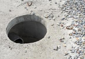 tombino senza copertura nel nuovo blocco di cemento foto
